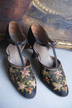 Vintage Fashion Rare vintage French embroidered silk evening shoes by F. Vintage Gowns, Mode Vintage, Vintage Shoes, Vintage Accessories, Vintage Outfits, Fashion Accessories, 1920s Fashion Women, 70s Fashion, Fashion History