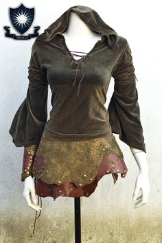 This leather skirt is perfect for your Elf or Fantasy outfit.  Its a unique piece.  Its made of several shades of green leather and brown. Has a flower engraving on the side.  It fastens with metal snaps on the side  It fits to a 34 and 36 European size (6/8 UK).  Blouse and bracelet not included. (find them listed)  If you have any doubt about it please contact me.  To see more stuff I make please visit House Wynford Facebook: https://www.facebook.com/HouseWynford  Weve m...