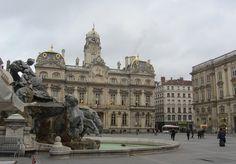 Nouvelle arrivée à Lyon , j'ai été conviée à l'hôtel de ville par le biais des AVF. (Accueil des Villes Françaises) L'édifice est construit de 1646 à 1672 par l'architecte de la ville, Simon Maupin. La place des Terreaux devient alors le centre administratif...