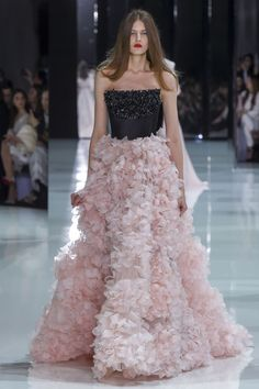 The complete Ralph & Russo Spring 2018 Couture fashion show now on Vogue Runway. Style Haute Couture, Spring Couture, Couture Week, Spring Fashion Trends, Fashion Week, Fashion Show, Fashion Design, Runway Fashion, Fashion Outfits