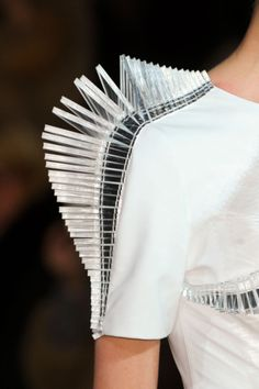 Straight sharp line, powerful and futuristic fashion architecture - structured sleeve detail; close up fashion // iris van herpen, Paper Fashion, Origami Fashion, 3d Fashion, Fashion Details, Fashion Design, Fashion Trends, Daily Fashion, Street Fashion, Iris Van Herpen