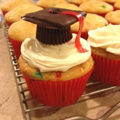 Erica, these are the ones I saw, they have a fruit roll-up or something as the tassle. Graduation Desserts, Pre K Graduation, Graduation Cupcakes, Kindergarten Graduation, Graduation Ideas, Different Cakes, How To Eat Better, Graduate School, Yummy Eats