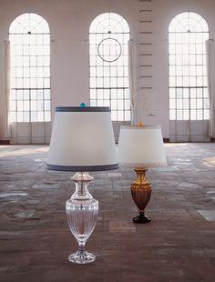 8088 P Tavolo Piccola Ambra  Lampada da Tavolo in cristallo trasparente o color ambra con paralume in tessuto a scelta color bianco o beige. Inserire nel campo note il colore del paralume prescelto.