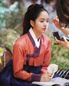 Kim So Hyun chia sẻ ảnh hậu trường Mặt nạ quân chủ. Cô nàng ngồi trang điểm vẫn không quên học thoại.
