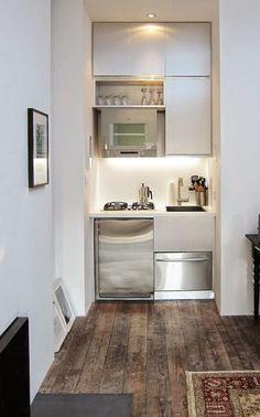 Cette kitchenette élégante a opté pour des matériaux chics.