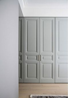 Molduras que en pisos altos van bien. Doors Interior, Closet Doors, Interior Design, House Interior, Furniture, Cupboard Doors, Wardrobe Doors, Home, Home Decor