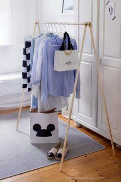 Vor einigen Wochen hatte ich ein Foto beim Stöbern im Netz von einem solchen Kleiderständer entdeckt. Ab da hatte mich die Idee nicht mehr losgelassen. Ich wollte auch so ein Teil. Das Ganze kam mir g