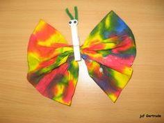 Vlinder maken van een zakdoekje met ecoline, lijfje is een knijper