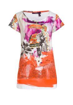 d66a10503f44 Das Zusammenspiel aus klassischem T-Shirt-Schnitt und auffälligem  Allover-Print schafft ein cooles T-Shirt
