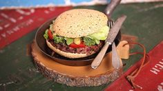 Den Kidneybohnen-Burger haben wir klassisch mit Tomaten, Gurken und Salat belegt. Deshalb ist das Rezept schnell umzusetzen.