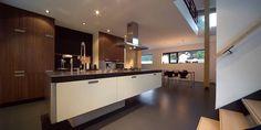 Zwevend keukenblok in Aerdenhout Kitchen Island, Kitchen Cabinets, Table, Furniture, Home Decor, Island Kitchen, Decoration Home, Room Decor, Cabinets