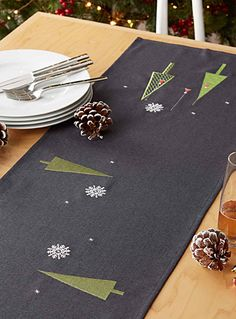 Modern Christmas table runner Available in 4 sizes - Centerpieces & Table Runners - Assorted Modern Table Runners, Modern Christmas, Christmas Eve, Fabric Stamping, Table Accessories, Christmas Table Decorations, Table Toppers, Centerpieces, Quilting