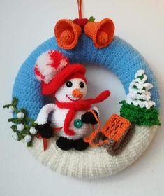 Wreaths - New Ideas Crochet Christmas Wreath, Crochet Wreath, Crochet Christmas Decorations, Crochet Ornaments, Christmas Knitting Patterns, Crochet Winter, Holiday Crochet, Easter Crochet, Xmas Ornaments