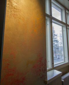 Interestingly painted walls are eyecatchers. / Efektimaalauksella saadaan aikaan näyttäviä seinäpintoja. www.valaistusblogi.fi Vintage Decor, Vintage Fashion, Windows, Lighting, Antiques, Blog, Painting, Home Decor, Style