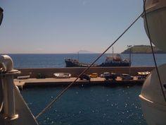 Arrivare al porto nuovo è sempre un'emozione. Nello scatto si vedono la nave cisterna, l'isola di Santo Stefano e, sullo sfondo, Ischia. Welcome to Ventotene! (giugno 2013)