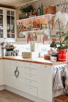 Over the years, many people have found a traditional country kitchen design is just what they desire so they feel more at home in their kitchen. Cozy Kitchen, New Kitchen, Vintage Kitchen, Kitchen Decor, Kitchen Ideas, Swedish Kitchen, Cottage Kitchens, Home Kitchens, Small Country Kitchens