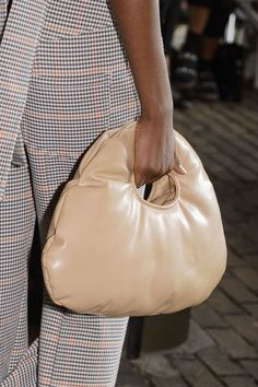 100 bags we want from the spring/summer 2019 catwalks - Kate Warren - Frauen Taschen Fall Handbags, Burberry Handbags, Purses And Handbags, Gucci Bags, Womens Designer Purses, Designer Handbags, Handbags For School, Cute Purses, My Bags