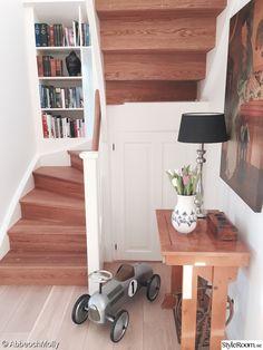 hall,trappa,avlastningsbord,bokhylla