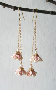 ゆらゆら揺れる2輪の小さなつまみ細工の花ピアス。オフホワイトにピンクの刺繍が素敵な着物地を花びらに柄を合わせながらつまんだ小さな小さな花たち。ゴールドの金具と淡水パールで春らしく、母の日のプレゼントや流行りの和装にも素敵です。*ピアス金具はイヤリング金具に交換可能です。サイズ:全長(フック〜花)70mm             花飾り15mm立方ピアス金具:ステンレス