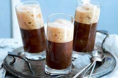 Ledové frappé, které se vůbec poprvé podávalo v roce 1957 v Soluni, vám v Řecku nabídnou všude: v taverně, restauraci i na pláži... A udělat si ho můžete i doma. Je totiž boží! Ham, Smoothies, Pudding, Coffee, Drinks, Tableware, Sweet, Food, Syrup