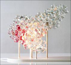 Benjamin Graindorge, lampe morningMist, 2011. Billes en verre ultrablanc, piètement en acier laqué blanc brillant, cette lampe se décline en douze couleurs «brume du matin»; 30 × 50 x 20 cm.Courtesy Ymer © Benjamin Graindorge.
