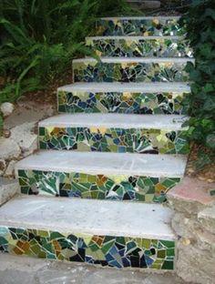 mosaik im garten elegante Treppe mit bunten Stufen