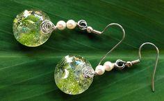 """Fleur de vert"" - brinco de vidro importado feito artesanalmente e pérolas brancas Swarovski."