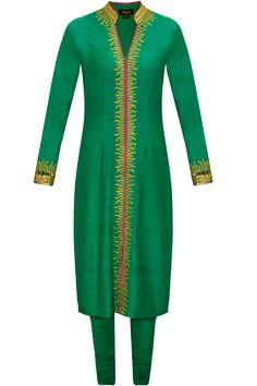 Emerald green and pink zardosi embroidered kurta set by Tisha Saksena. Shop now: www.perniaspopups.... #kurta #beautiful #designer #tishasaksena #clothing #shopnow #perniaspopupshop #happyshopping