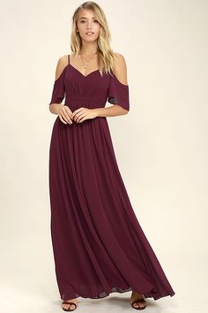 If you fancy a twirl in something spectacular, slip into the Ways of Desire Wine Red Maxi Dress! Woven poly forms a lightly pleated triangle bodice supported by spaghetti straps and fluttering sleeves. A banded waist gives way to a cascading maxi skirt. Wine Bridesmaid Dresses, Red Bridesmaids, Homecoming Dresses, Junior Dresses, Ball Dresses, Ball Gowns, Vestidos Color Verde Esmeralda, Vestidos Color Vino, Red Maxi