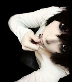 Anime Cosplay Is that L? I'm pretty sure that's an L cosplay L Cosplay, Kawaii Cosplay, Cosplay Anime, Cute Emo Guys, Cute Boys, Jeff The Killer, Elle Lawliet, Death Note Cosplay, Emo Hair