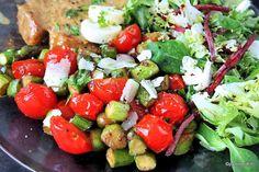 Nopea ja moneen sopiva parsa-tomaattipaistos pannulla pelastaa kiireisenkin arkilautasen.