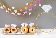 Elige un diseño temático fácil de elaborar (como diamantes) y haz tus propias guirnaldas, adornos para la comida y accesorios para la fiesta