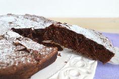 Chi non conosce la torta tenerina, la famosissima torta al cioccolato ferrarese che ingolosirebbe anche i più restii al dolce, è una torta senza lievito che ha