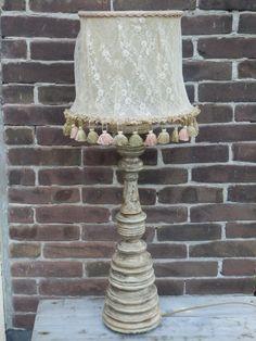 Brocantemaatjes verkoopt aparte lamp. Hip retro! Koddig toch, die kwastjes... Dit kapje is Frans en is gepimpt met bronskleurig kant. Geeft een prachtig lichtschijnsel! De totale hoogte is 80 cm. Het breedste deel van de kap is 30 cm. Prijs 17,50