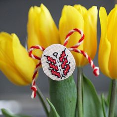 лв8 Ръчно бродирана мартеница с шевица, вдъхновена от българската народна традиция. Хармонични и пъстри, те носят послание за благоденствие, жизненост, здраве и хармония. Майсторската изработка позволява умело да бъде съчетана и с по-строгите изисквания на работния стил.  Материал: дървено пънче, ленен плат, безопасна игла за брошка Размер: ≈ 3 x 3 см Израбoтени от КвАРТеТ Baba Marta, Joy, Paint, Holiday, Picture Walls, Vacations, Holidays, Happiness, Paintings