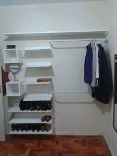 Closet pequeno small and cheap closet with shelves Using Blinds For Coloring At Home Say goodbye to Cheap Closet, Simple Closet, Clever Closet, Closet Shelves, Closet Storage, Small Bedroom Storage, Organiser Son Dressing, Closet Layout, Build A Closet