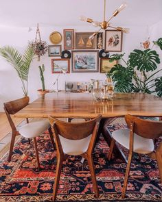 Elegant Mid Century Dining Room Design Ideas - here are many aspects of home decor that must be considered, one of them that takes quite a bit of consideration are dining chairs. Dining Room Table Decor, Dining Room Walls, Decoration Table, Dining Room Design, Room Decor, Rug Under Dining Table, Carpet Dining Room, Retro Dining Table, Walnut Dining Table