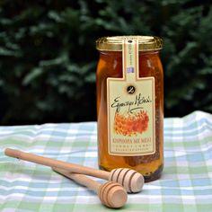 """Geschmack, Tradition, Authentizität. Dieses Trio findet man im """"Honey Comb"""". Handgemacht mit Vorsicht und Sorgfalt mit griechischem Honig aus Thymian-, Bergkräuter-, Pinien- und anderen Bergblüten und frisch geschnittenen Stücken des Bienenstocks. Die Honigwabe können Sie selbstverständlich essen. Auch als Geschenk macht dieser Honig eine gute Figur."""
