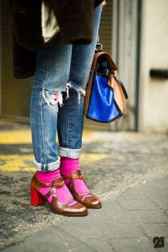 pink socks blue bag street style via Le arrondisement Fashion Week Paris, Street Fashion, Daily Fashion, Retro Fashion, Vintage Fashion, Mode Shoes, Socks And Sandals, Pink Socks, Fashion Poses