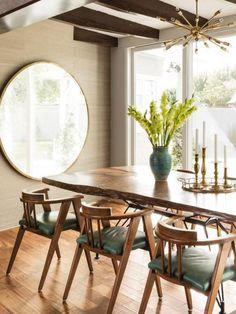 table de salle a manger aux courbes naturelles et grand miroir rond