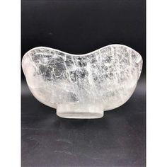 Hoy me toca presentaros este bonito bol de cristal de roca tallado en una sola pieza y de forma lobulada. Podeís visitarlo en: https://www.entredosantiguedades.com/es/decoracion/537-bol-de-cuarzo.html