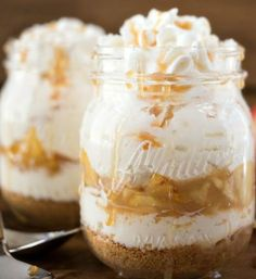 No day is complete without a little bit of dessert at the end of it. Nothing beats sitting back to relax with a nice creamy piece of cheesecake or a cup of air mousse. Fortunately, these things can. Mason Jar Desserts, Köstliche Desserts, Dessert In A Jar, Pie Dessert, Sweet Recipes, Cake Recipes, Dessert Recipes, Tapas, Thanksgiving