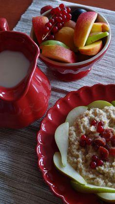 Tvarohovo-proteínová kaše...Je známo, že tvaroh patří mezi potraviny podporující růst svalové hmoty. Má vysoké procento bílkovin. Proto se často zařazuje do jídelníčku kulturistů, sportovců.  Kolik bílkovin by ste měli za den přijmout záleží na vaší hmotnosti, svalové hmoty a výkonu. Pancakes, Pudding, Breakfast, Desserts, Food, Morning Coffee, Tailgate Desserts, Deserts, Custard Pudding