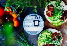 """Oatly påMackan  Oatly lanserar en ny produkt - Oatly på mackan. Den är bekvämt bredbar som  mjuka """"ostar"""" och kan också användas i matlagning för att göra superkrämiga såser eller till att baka kakor eller """"cheesecakes""""."""