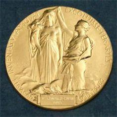 Junto con Henri Becquerel y Pierre Curie, Marie fue galardonada con el Premio Nobel de Física en 1903, «en reconocimiento por los extraordinarios servicios rendidos en sus investigaciones conjuntas sobre los fenómenos de radiación descubiertos por Henri Becquerel».