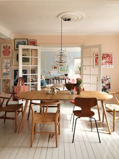 A Buenos Aires Home with A Dreamy Vintage Dining Room - Home decor scandinavian Dining Room Design, Dining Room Furniture, Dining Area, Kitchen Dining, Dining Table, Dining Rooms, Room Chairs, Dining Chairs, Design Scandinavian