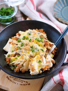 乗せて焼くだけ♪『豆腐の肉味噌チーズグラタン』 by Yuu / お豆腐を使った節約ボリュームおかず。作り方は、とーっても簡単で水切りした豆腐をグラタン皿に並べ肉味噌+マヨネーズ+チーズをかけてトースターで焼くだけ♪たったこれだけだけど濃厚な肉味噌チーズのおかげで淡白なお豆腐もしっかりメイン級に!また、加えた青じそがいいアクセントになっていて濃厚だけどサッパリ食べれるというおまけ付き♪ / Nadia
