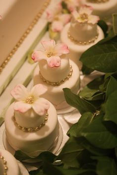 ✥ custom wedding mini cakes.