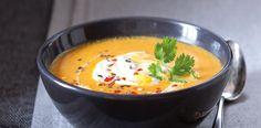 1. Rozpalte větší hrnec, vsypte kmín a chilli a nasucho opékejte zhruba minutu, aby se koření rozvonělo. Poté polovinu kmínu s chilli vyndejte a... Cheeseburger Chowder, Thai Red Curry, Vegetarian Recipes, Food And Drink, Baking, Ethnic Recipes, Healthy Soups, Yum Yum, Blog