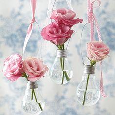 35 DIY Flower Vases (Creative tutorials) Reuse some old clear lightbulbs to create a focal piece in your home! Light Bulb Vase, Light Bulb Crafts, Diy Simple, Fleurs Diy, Deco Floral, Vintage Vases, Unique Vintage, Easy Diy Crafts, Decor Crafts